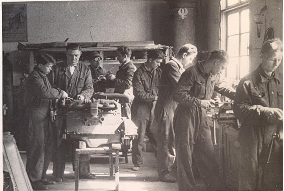 Nauczyciel Franciszek Szank zgrupą ślusarzy