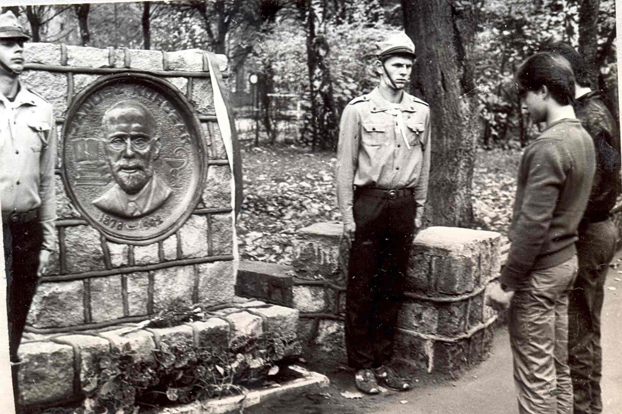 Obelisk zwizerunkiem patrona przedZSZ nr3