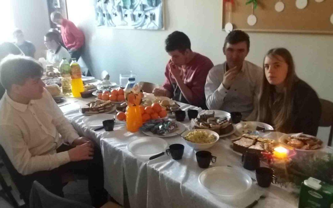 Spotkanie integracyjne klas kucharskich podczas wypieków ciasteczek.